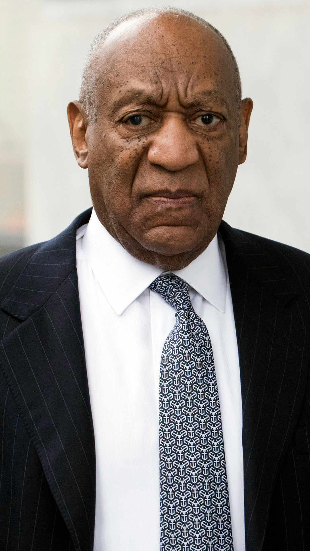 Finally there is verdict on the case of Bill Cosby : He was found guilty in three cases of aggravated assault.  The decision was made public on Thursday, April 26. For each case, Cosby would face a maximum of 10 years and a fine of 25 thousand dollars.  In 2004, Cosby was tried on charges of assault against Andrea Constand. He has denied any wrongdoing. The first trial on this case ended in a null judgment in 2017, after a jury failed to reach a verdict. However, in his new trial, the judge has allowed other accusers to testify against him as witnesses.  We will share other details later.