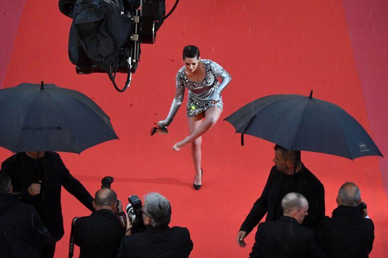 Kristen Stewart Take Off Her High Heels On The Cannes Hollywoodgossip