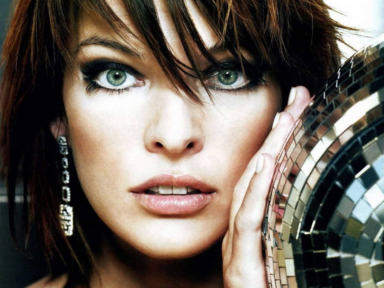 Milla Jovovich eyes pics